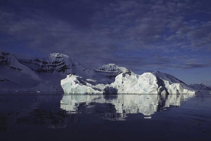 Krajobraz Arktyki - góra lodowa zlodzona z cielenia się lodowca
